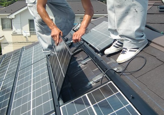 Hình 1. Lắp đặt tấm pin năng lượng mặt trời áp mái sử dụng gioăng đệm chống nước NO.652V