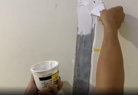 Bả dẻo lên lớp băng dán NO6931 trước khi sơn phủ