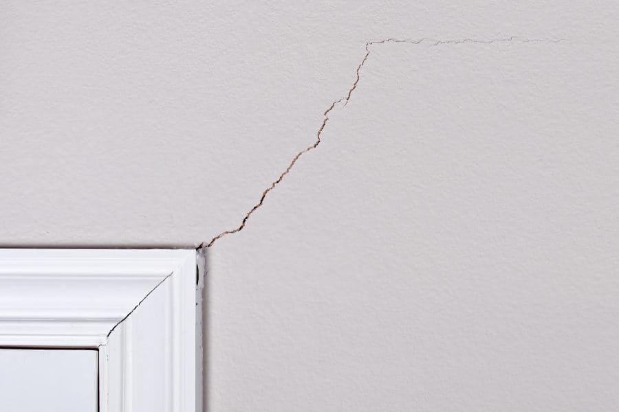 Tường bị nứt do co ngót vật liệu và rung chấn