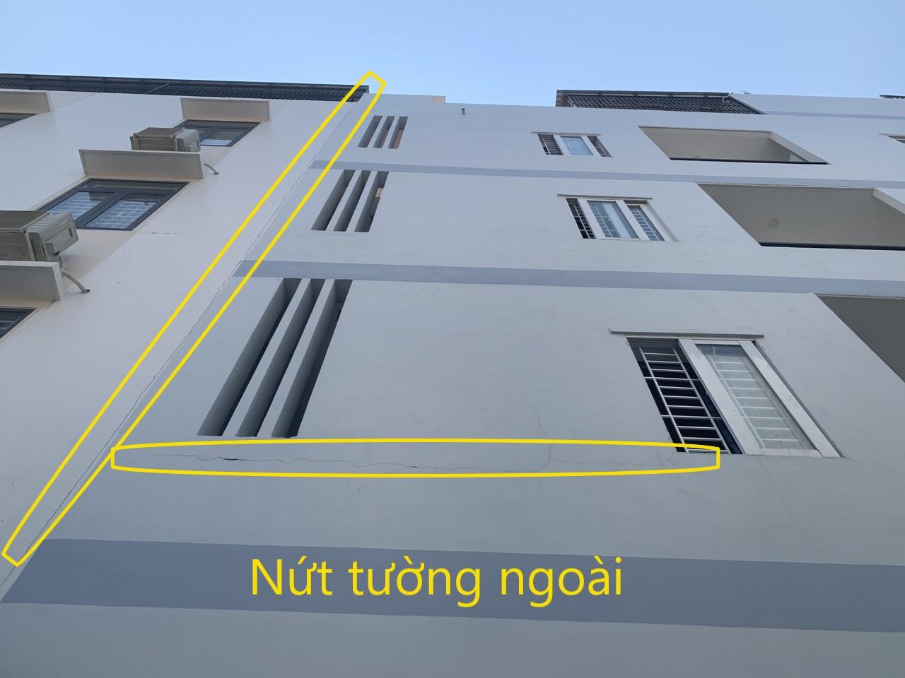 Tường bị nứt do tách lớp, nứt tại khe nối giữa 2 nhà liền kề