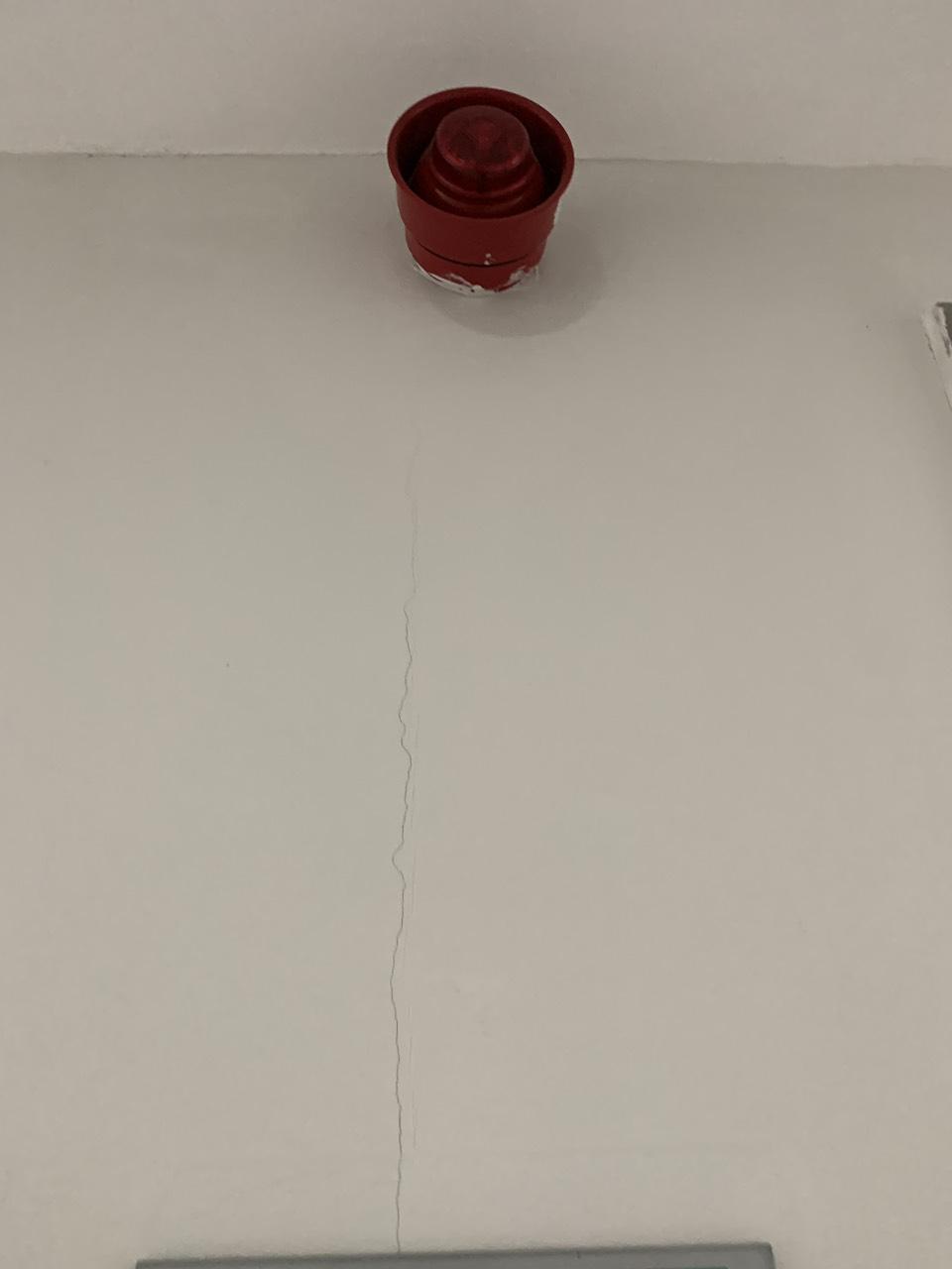 Nứt khe nối tấm tường acotec. Ảnh tháng 4/2021
