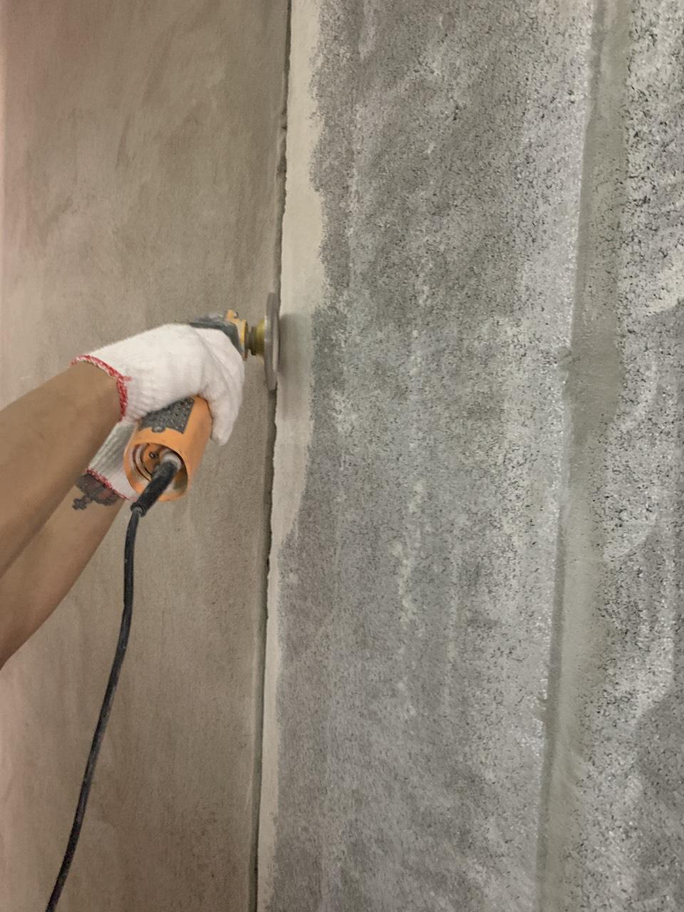 Vát mép tấm tường acotec trước khi lót và trám keo 2 thành phần