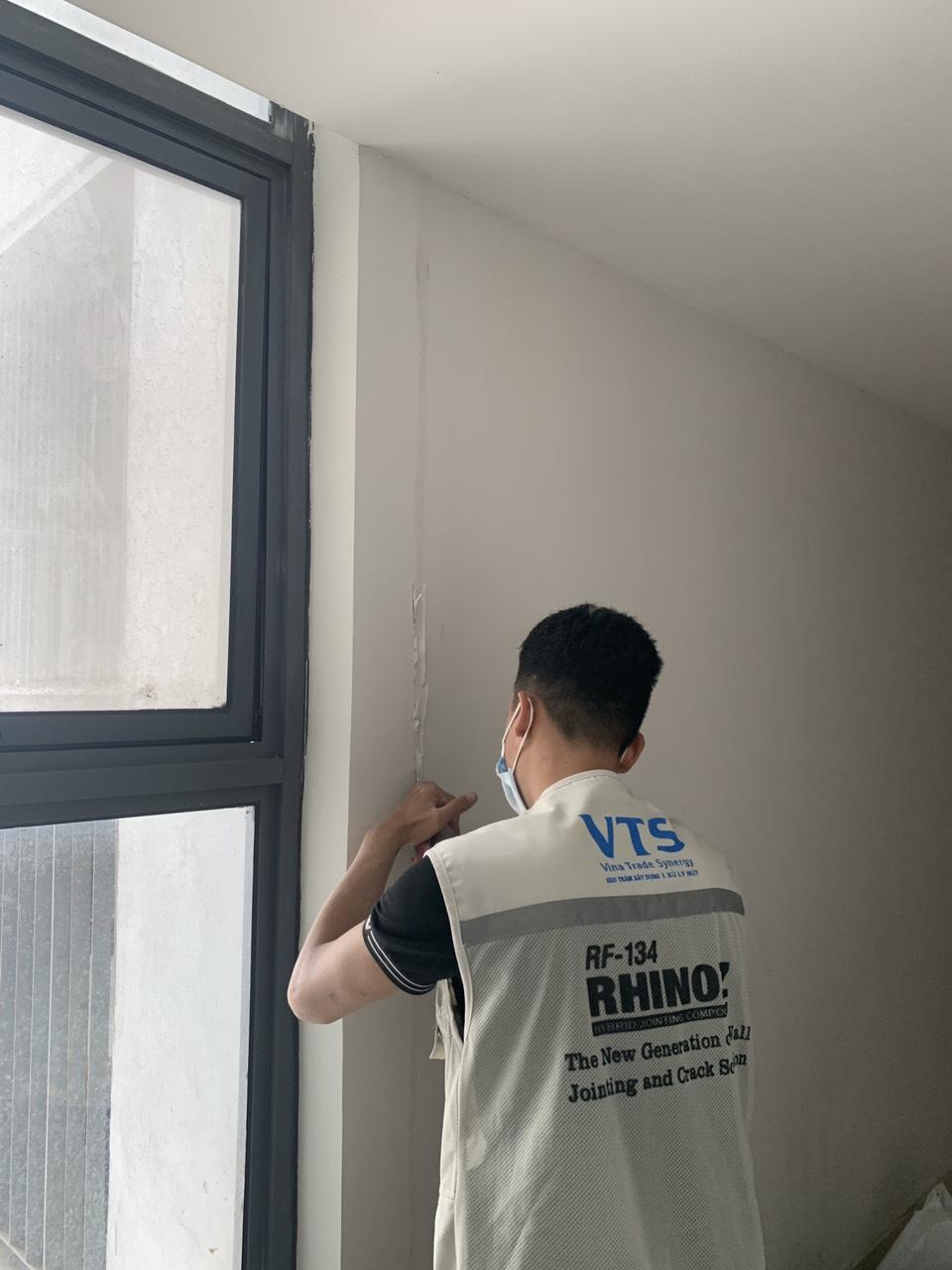 Keo trám khe nối tấm tường và vách bê tông bị hỏng, tách lớp, ố màu