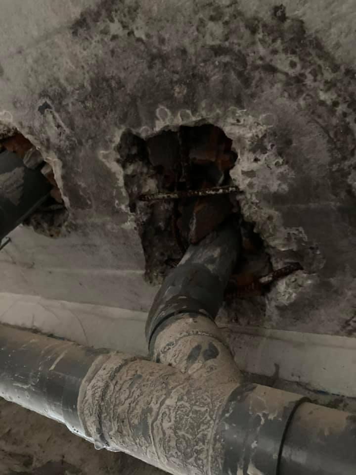 Cổ ống xuyên sàn bê tông bị thấm