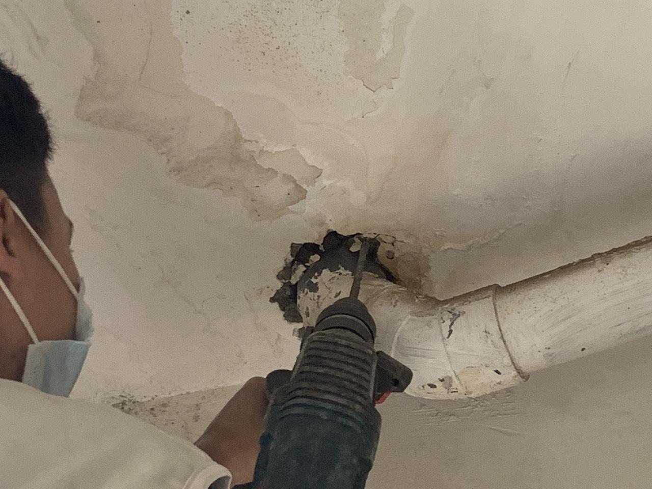 Thấm, rỉ nước dọc theo cổ ống PVC nhà chung cư